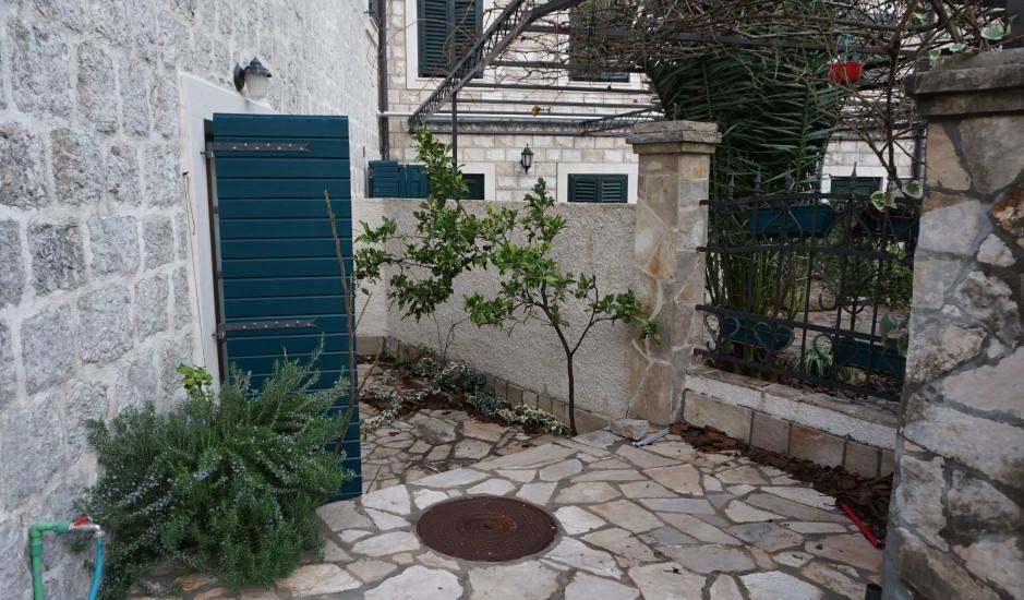 Этаж дома со своим двориком в заливе
