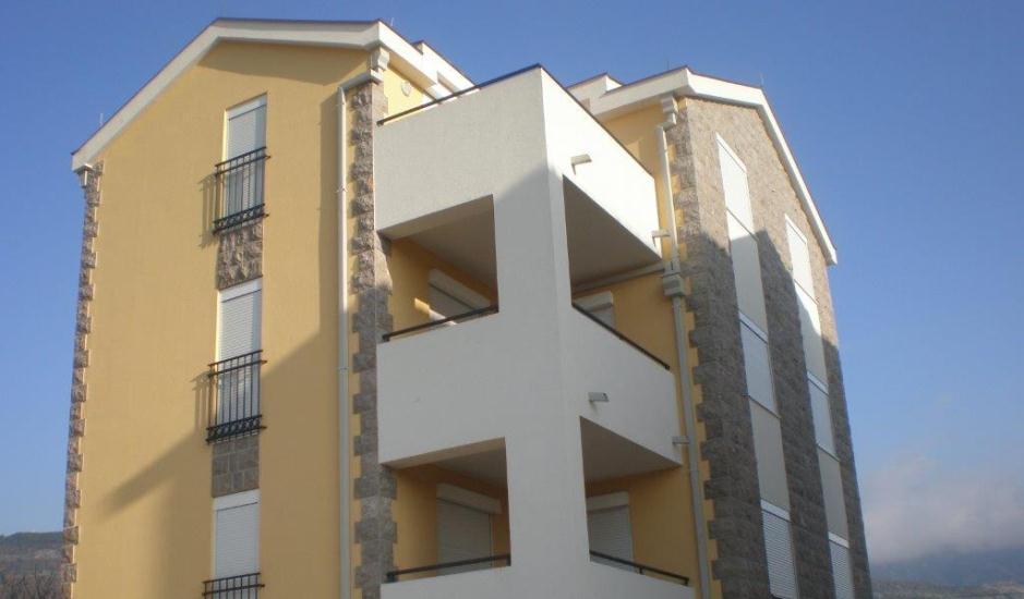 Две новые квартиры в жилом комплексе в Тивате