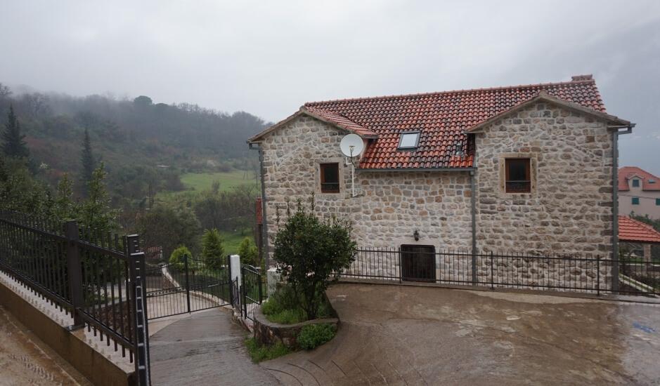 Каменный дом в поселке Прчань