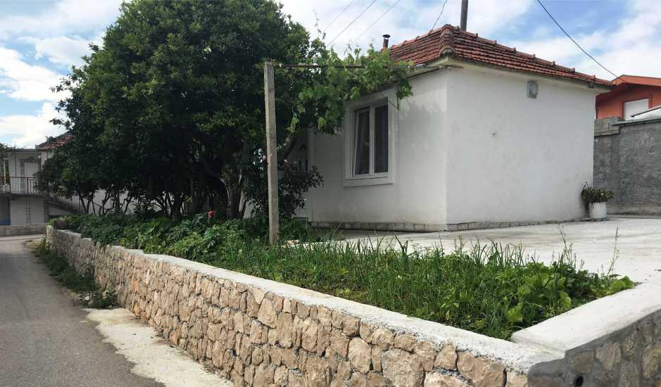 Небольшой домик в Баре с садом