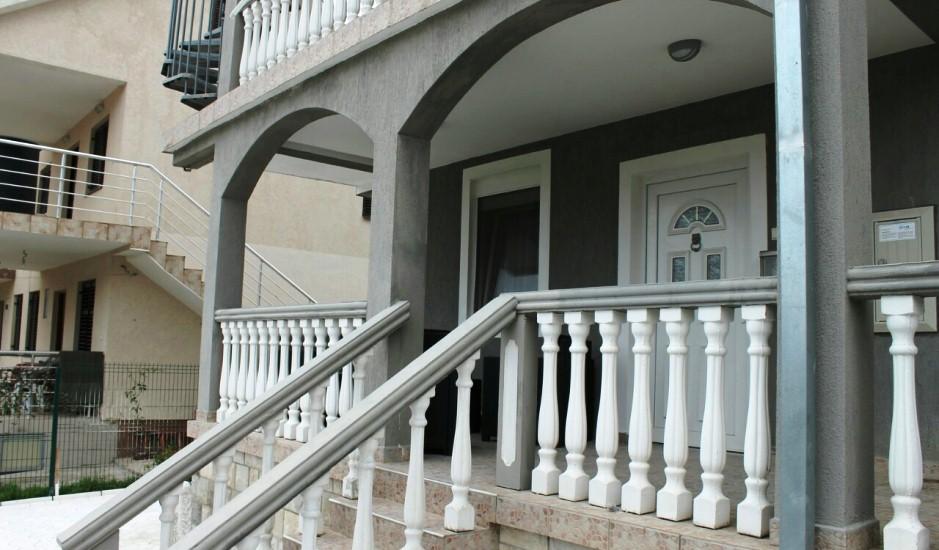 Дом с 3 отдельными квартирами в Тивате
