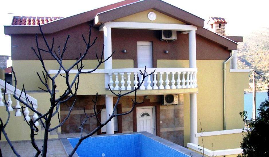 Дом с бассейном в Тиватском заливе