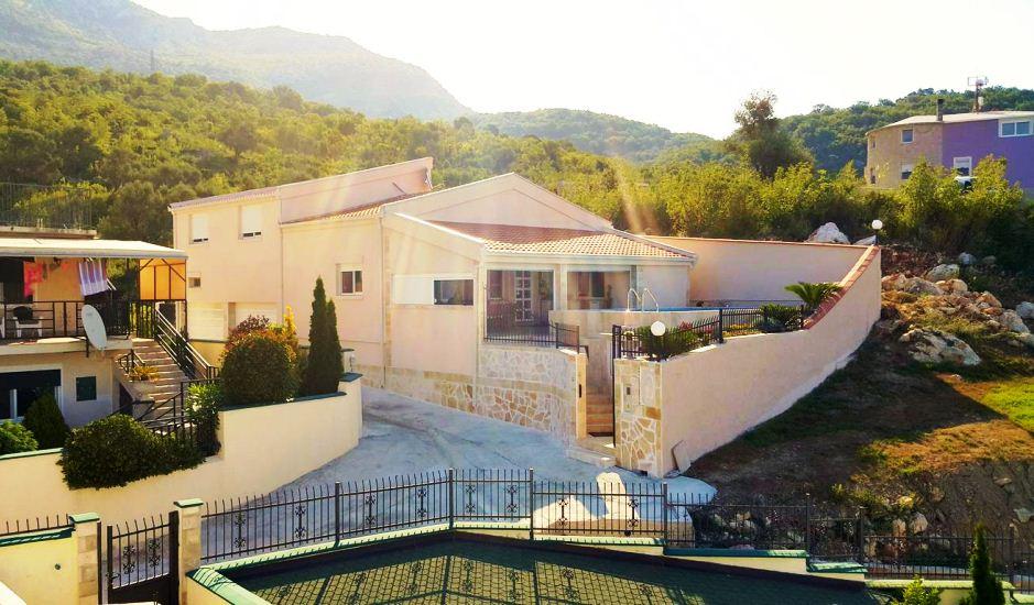 Дом с бассейном в пригороде Бара