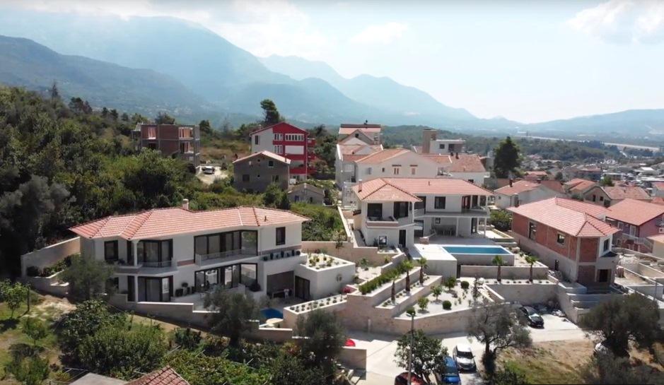 Новый жилой комплекс из 4 вилл в Тивате