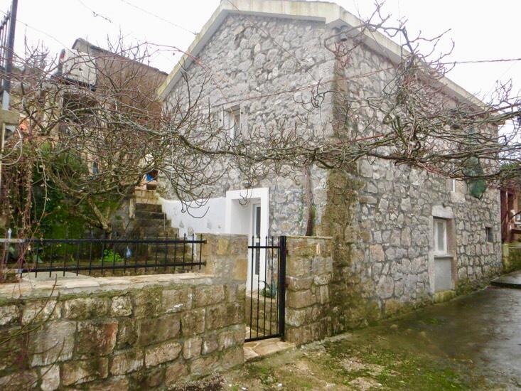 Старинный каменный дом в поселке Вишнева