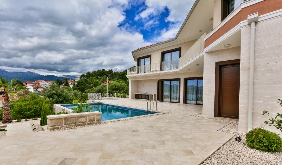 Шикарная вилла с 4 спальнями с бассейном в Тивате